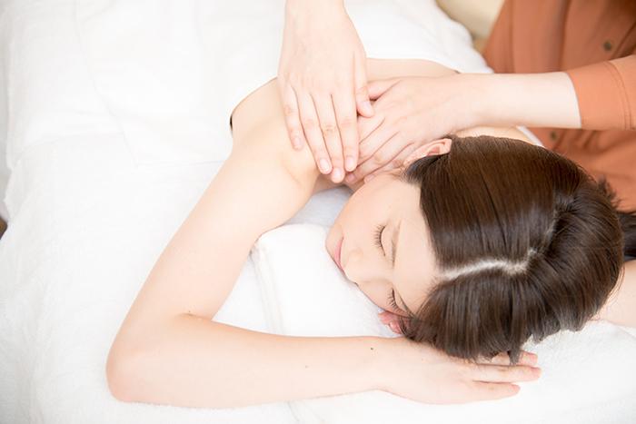 肩に施術を受ける女性