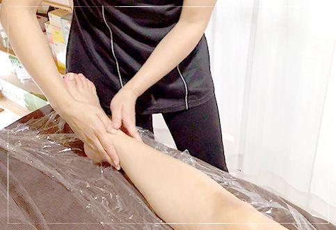 脚に施術する